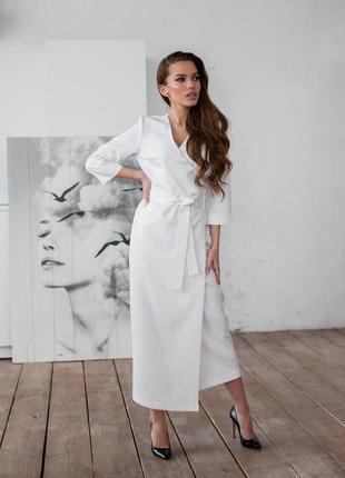 Платье на запах под пояс выполнено из костюмной ткани люкс исполнения