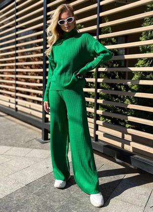 Зеленый костюм в рубчик