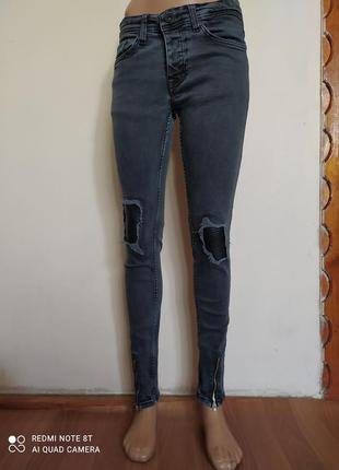 Мега стильные джинсики с молниями спереди и кожаными вставками на коленях!