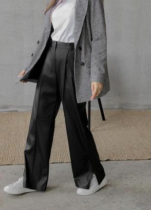 Кожаные брюки-кюлоты с разрезом и стрелкой, чёрные