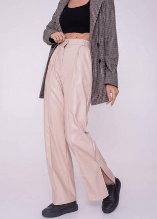 Кожаные брюки-кюлоты с разрезами и стрелкой, беж