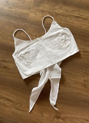 Топ, цвет белый, на размер xs, s, сзади завязывается, ткань без эластина, как на мягкой легкой рубашке, выглядит дорого, красиво