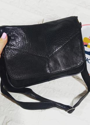 Женская маленькая кожаная черная  сумка через плечо кроссбоди мягакая кожаная клапан конверт