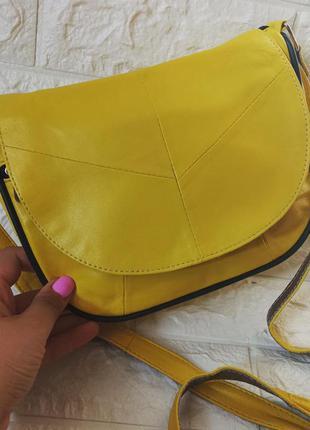 Женская маленькая желтая сумка кожаная яркая конверт с длинным ремешком с длинной ручкой