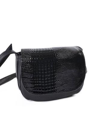 Маленькая сумочка на плечо черная кроссбоди с лаковым клапаном под питона