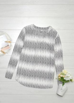 Красива чорно-біла блуза.