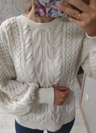 Красивый тёплый свитер с объемными плечами рукавами