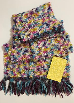 Очень красивый и стильный вязаный разноцветный тёплый шарф.
