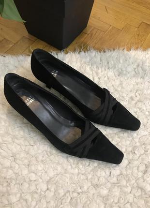 Чёрные замшевые классические туфли лодочки с острым носком на низком каблуке замша натуральная stuart weitzman