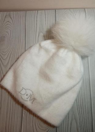 Белая шапка ангора с натуральным помпоном бубоном