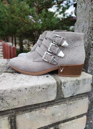 Сірі , текстильні з пряжками черевики , козаки від primark