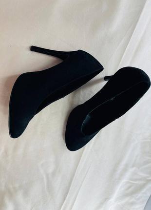 Шикарное черные замшевые туфли на каблуке