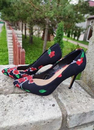 Шикарні , текстильні в квіти туфлі на шпильці від primark