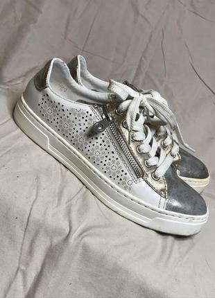 Білі кросовки