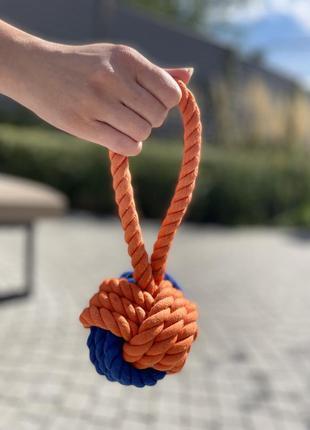 Плетена іграшка м'ячик з ручкою для собак
