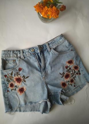 Шорты джинсовые, мом, с вышивкой и бахромой
