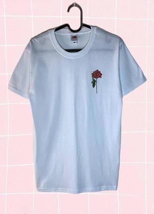 Белая футболка с принтом в виде розы
