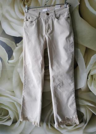 Стильные джинсовые штаны с необработанным краем