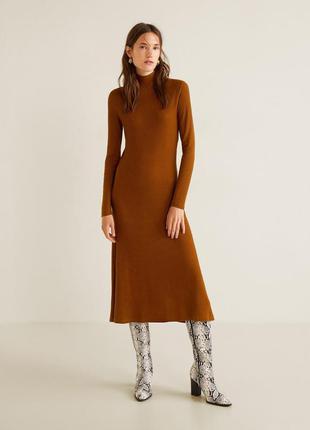 Стильное платье миди длины из трикотажа в рубчик от mango