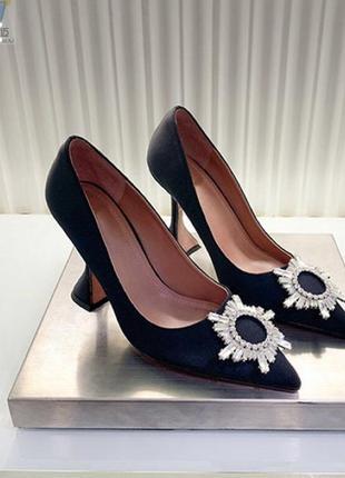 Туфли с брошкой на каблуке