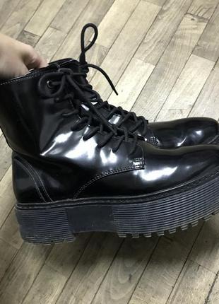 Черные лаковые ботинки bershka на платформе массивные дефект