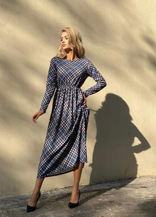 Длинное платье свободного фасона.