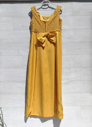 Длинное вечернее жёлтое платье из плотной ткани