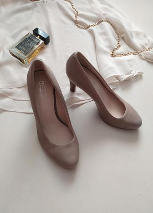 Шикарные бежевые нюдовые туфли на устойчивом каблуке / лодочки /  кожаные
