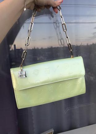 Винтажная стильная лаковая лакированная сумка на цепи