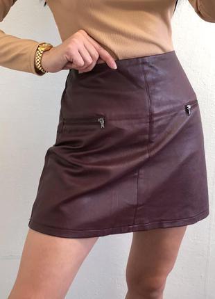 Стильная бордовая мини юбка из эко кожи