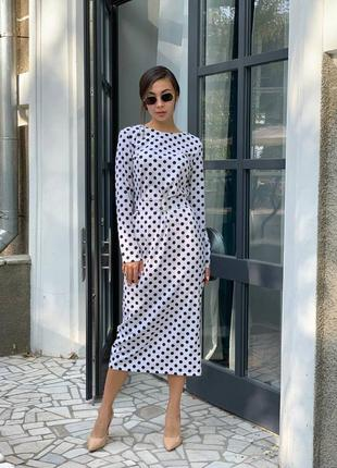 Элегантное платье с небольшим разрезом сзади
