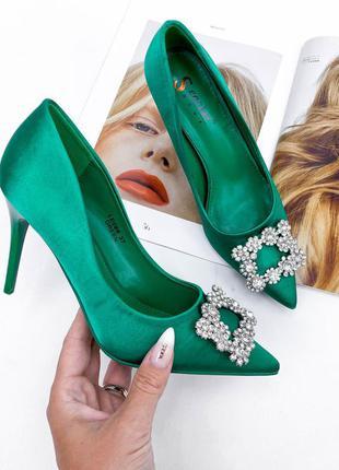 Зелёные туфли лодочки на шпильке из атласа