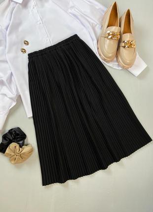 Черная плиссированная юбка миди