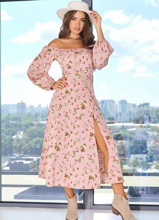 Розовое принтованое платье с открытыми плечами