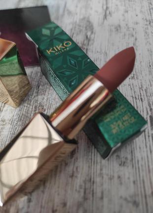 Стійка матова помада для губ kiko milano holiday gems lasting luxury matte lipstick - 02 cappuccino