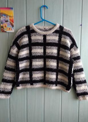 Теплый свитер модного фасона