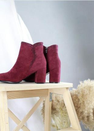 Осінні чоботи шикарний колір на каблуці