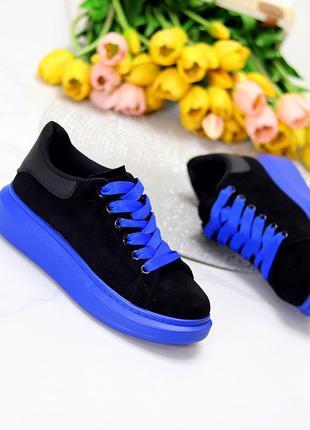 Эффектные черные замшевые женские кроссовки на фигурной синие подошве   к. 11574