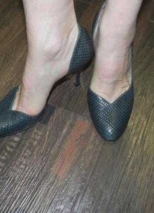 Итальянские брендовые кожаные туфельки, можжевелового цвета. 37р. hobbs