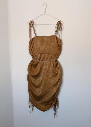 Вечернее платье на тонких бретелях с присобранными боками