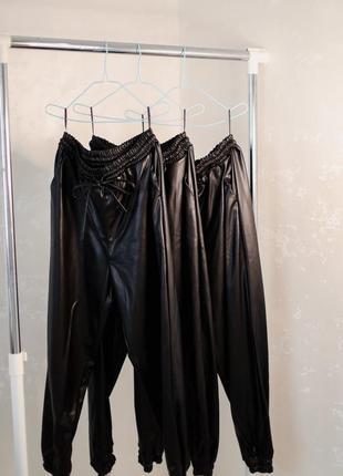 Чёрные женские брюки из эко кожи
