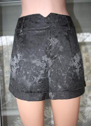 Шорты  красивые нарядные атлас с цветами чёрные