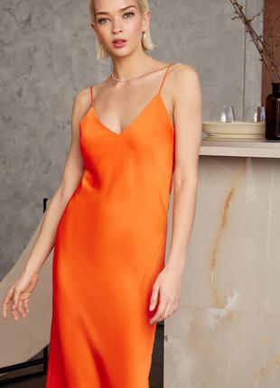 Атласное платье на бретелях