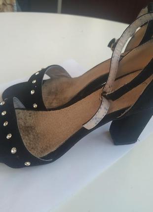 Фирменные туфли черные со стразами