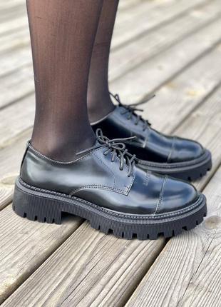 Женские туфли на тракторной подошве от известного дома моды