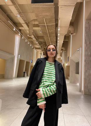 Женский стильный черный пиджак свободного кроя с накладными карманами тренд хит новинка