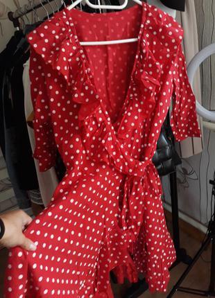 Красное стильное платье в горох на запах