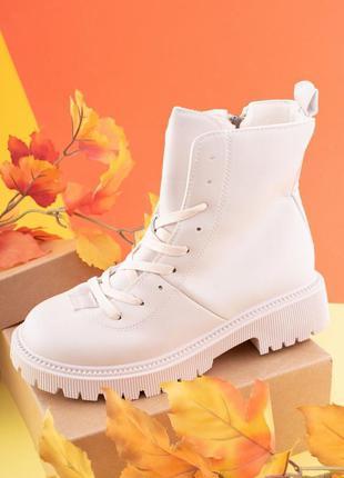 Женские белые ботинки на низком ходу