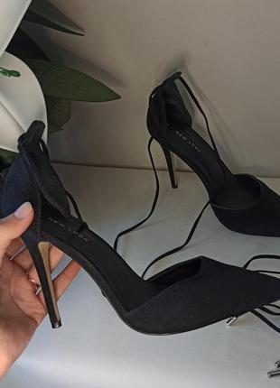 Чёрные туфли с завязками под замшу на высокой шпильке