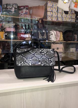 Стильная чёрная базовая сумка через плече